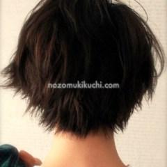 黒髪でも可能なフェミニンなショートヘア5