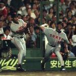 【悲報】ムカつく審判にボール投げる選手現る