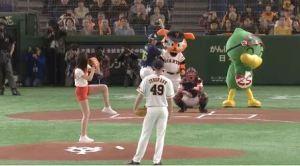 【GIF】超美脚!山崎あみのノーバン始球式wwwwwwwwww