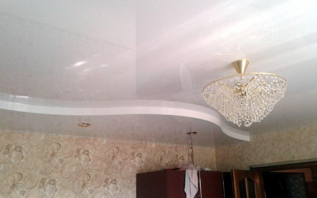 Белоснежный двухуровневый глянцевый потолок в зале