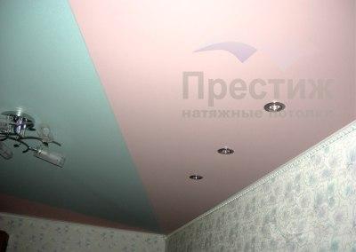 Комбинация цветов на сатиновом потолке в спальне