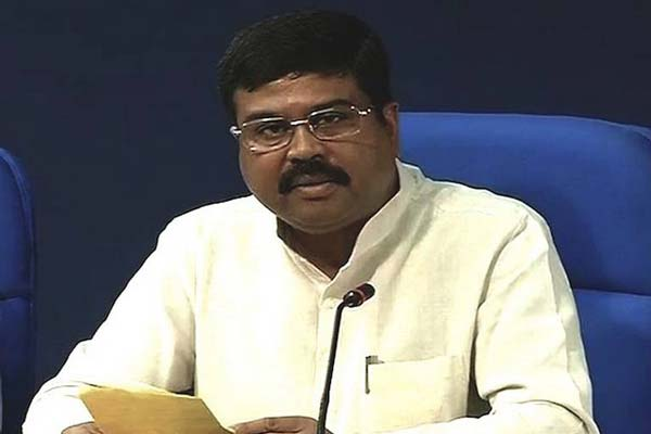 Petroleum Minister meets the Chief Minister of Maharashtra to discuss issues concerning the oil and gas sector
