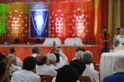 Crowd greets Dada J.P. Vaswani on Sacred Guru Purnima