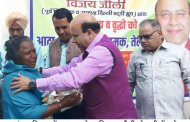 BJP Leader Jolly Celebrates New Year in Sangam Vihar Distributes free flour, rice, lentils, salt & mustard oil among