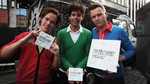 Donkeyboy auksjonerer bort debutplata si Caught In A Life, signert! (Foto: Rashid Akrim, NRK P3).