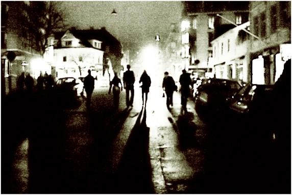 Bylarm er ikke bare stas. Her en sliten gjeng på vei fra konsert under Bylarm i Bergen i 2004 (Foto: Kim Erlandsen, NRK P3)