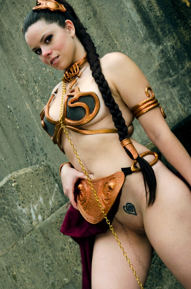 slave leia flashes her pussy.jpg