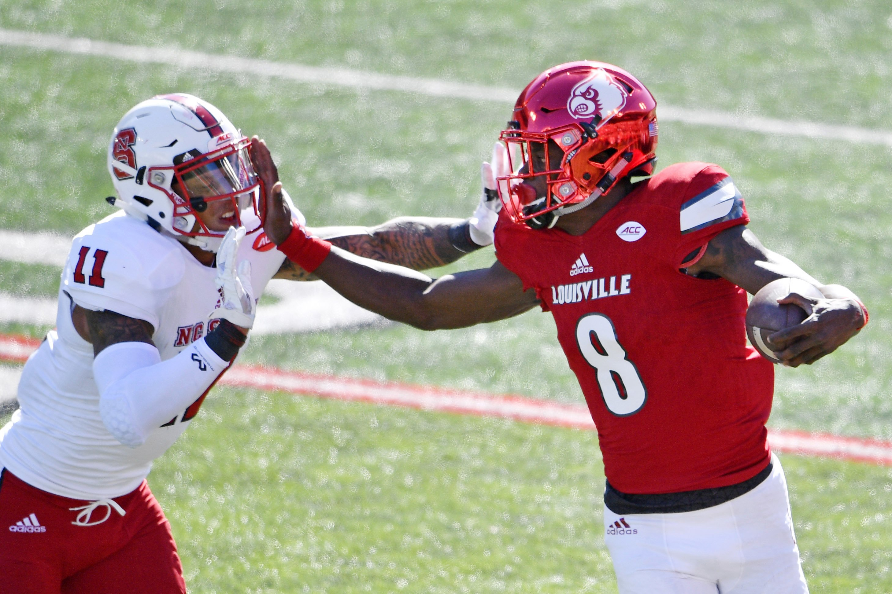Lamar Jackson dodges rush and throws 75-yard TD pass