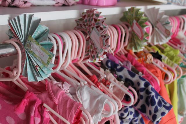 Separadores de perchas para organizar la ropa del bebe