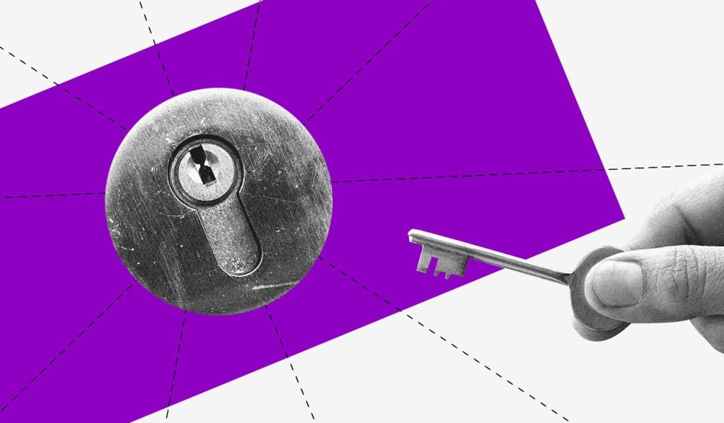 Imagem de uma fechadura em frente a um fundo roxo, com uma mão segurando uma chave.
