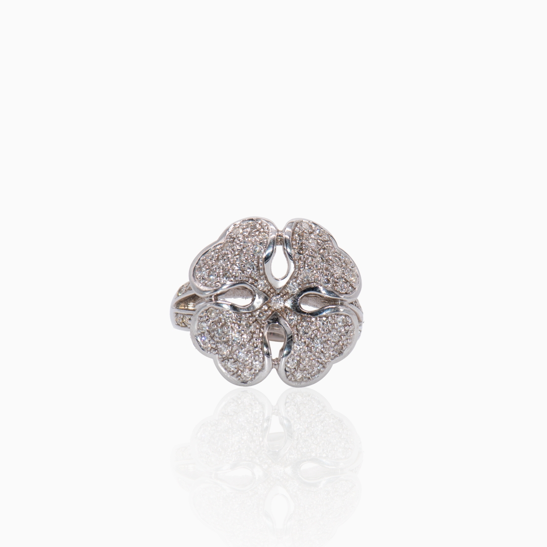 Anillo Oro Blanco y Diamantes en forma de Trébol