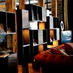 In der Lobby laden Bücher, Fernseher und gemütliche Sofas und Sessel zum Relaxen ein. © Nina-Carissima Schönrock