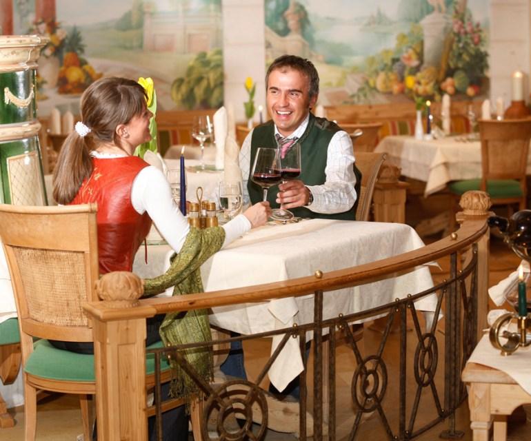 Im Restaurant wird Essen in Menüform serviert. © Leading Family Hotel & Resort Alpenrose
