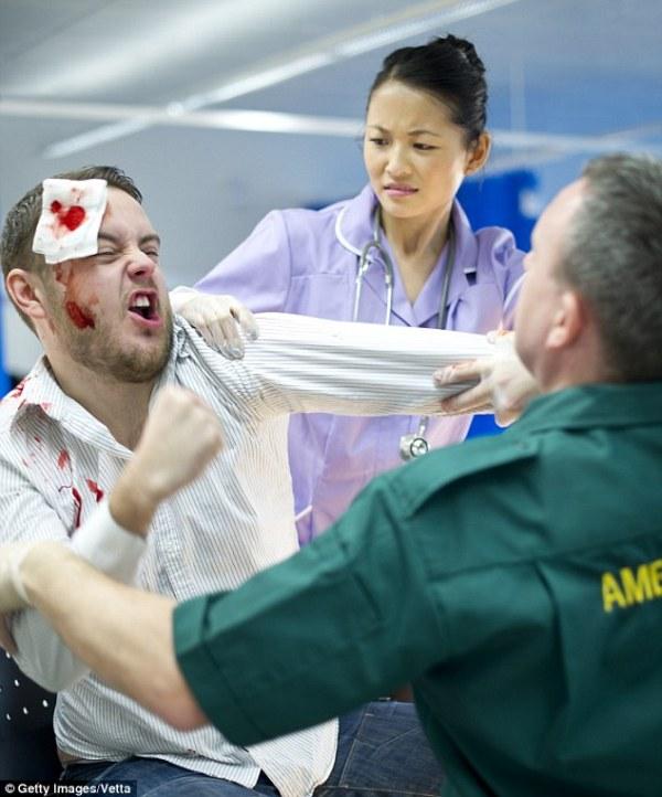 """Θύμα ξυλοδαρμού από γυναίκα συνοδό ασθενούς, έπεσαν νοσηλεύτρια αλλά και υπάλληλος φύλαξης του νοσοκομείου """"Παπαγεωργίου"""" στη Θεσσαλονίκη."""