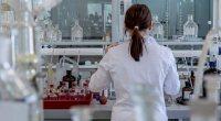 Η επικείμενη έγκριση κυκλοφορίας εμβολίων έναντι του κορωνοϊού δημιουργεί στην επιστημονική κοινότητα το εύλογο ερώτημα του κατά πόσο είναι αναγκαία η συνέχιση των τυχαιοποιημένων κλινικών μελετών στις οποίες κάποιοι συμμετέχοντες λαμβάνουν εικονικό εμβόλιο και οι υπόλοιποι το ενεργό εμβόλιο.
