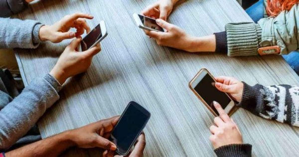 Κορωνοϊός: Για πόσο επιβιώνει πάνω στα κινητά τηλέφωνα και άλλες επιφάνειες