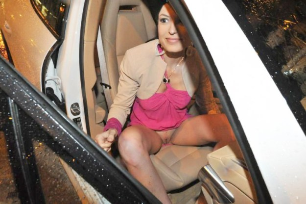 Sara Tommasi flashing pussy at paparazzi
