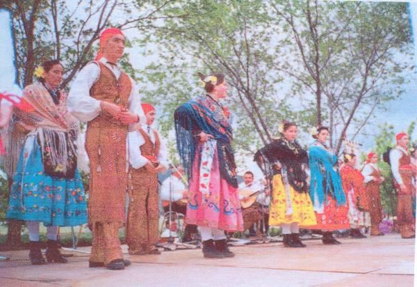 Traje de Castura, vestido por el Grupo Folklórico los Arrieros de Castuera