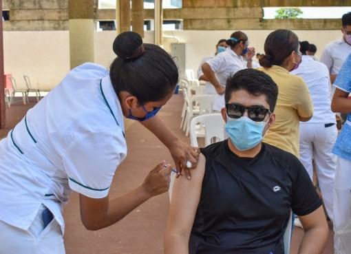 Inicia vacunación anticovid para mayores de 18 años en Tarimoro.