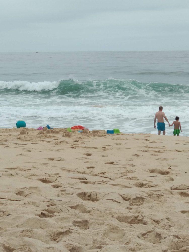 Padre e hijo en playa de Portugal