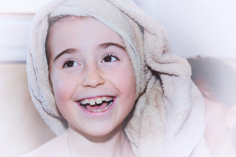 niña con toalla en la cabeza