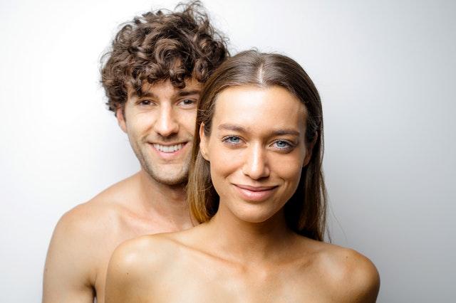 6 raisons d'aimer être nu, par ceux qui le sont 24 heures sur 24
