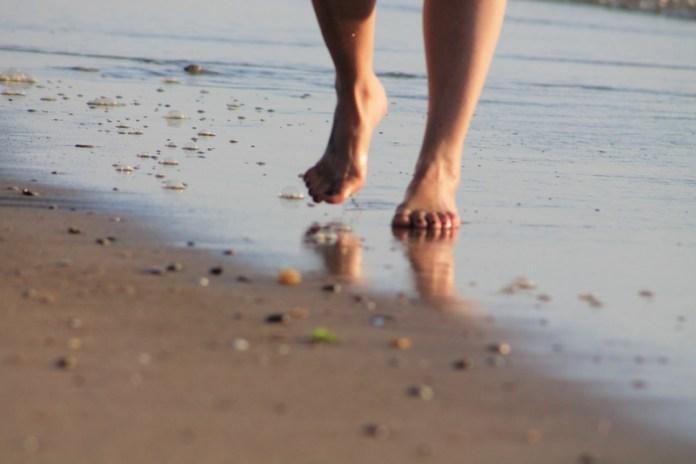 La réflexologie naturelle de la marche pieds nus