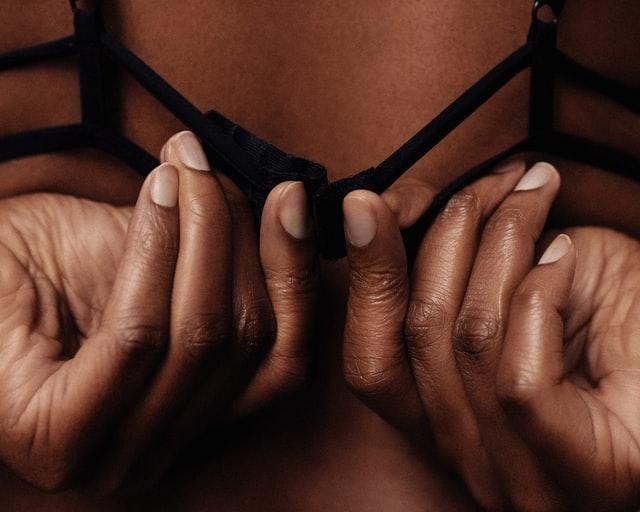 Femme dégrafant son soutien-gorge