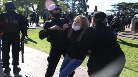 Rosario: tensión e incidentes entre la policía y manifestantes en el Monumento a la Bandera