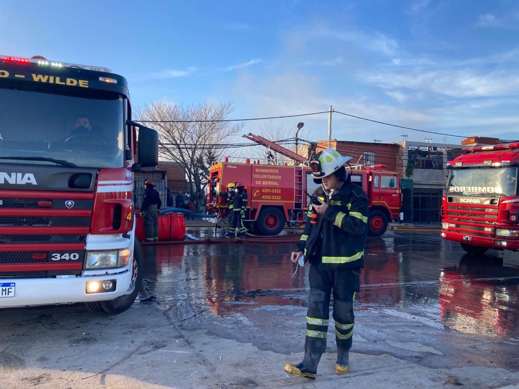 Quilmes: impresionante incendio en un depósito de cartón en Villa Itatí
