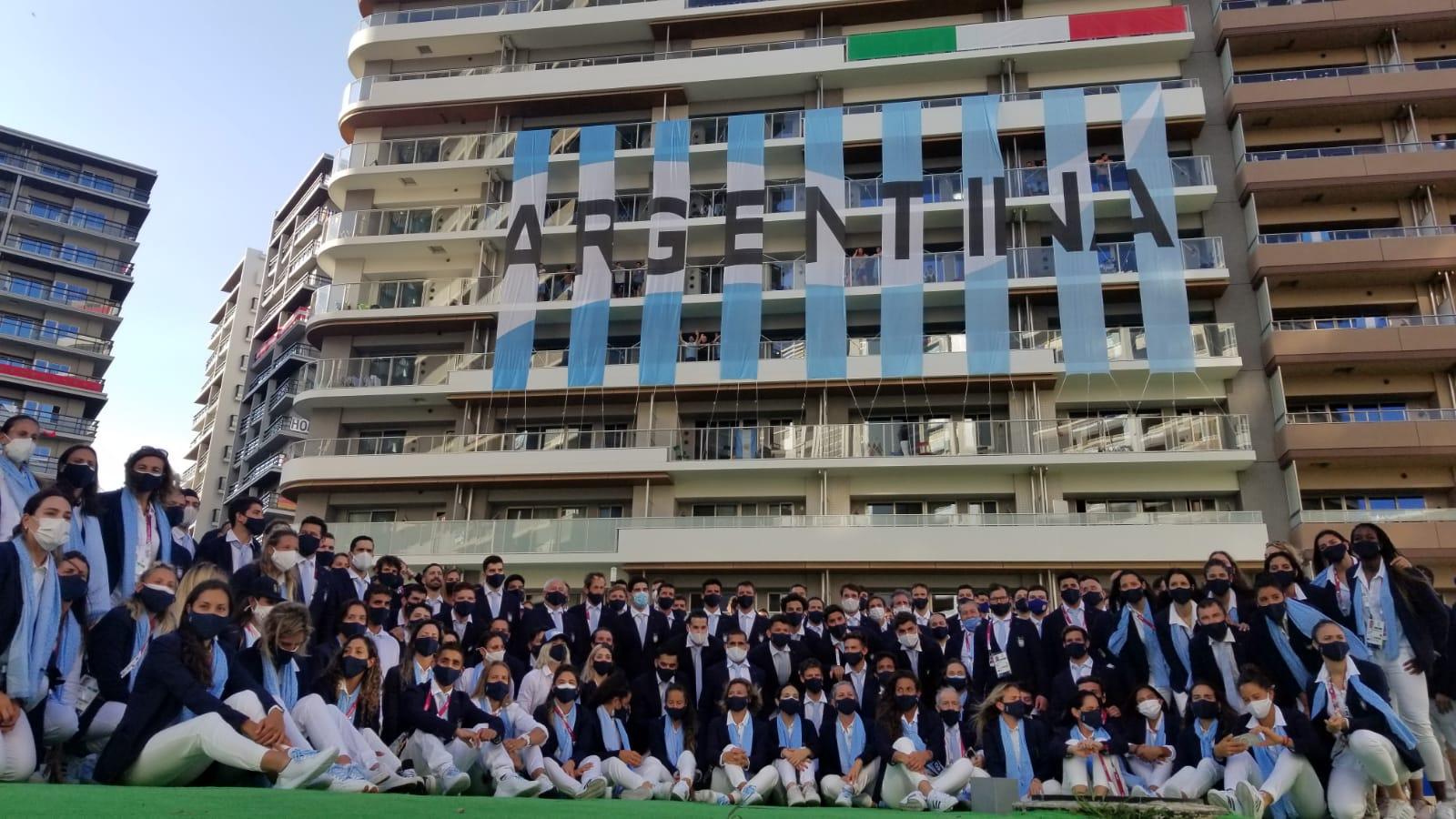 La delegación argentina inauguró los Juegos Olímpicos a puro pogo