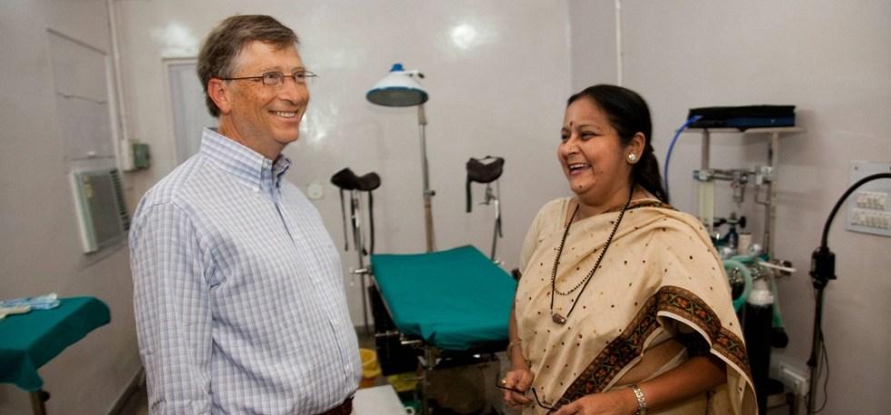 Bill Gates en una clinica de maternidad