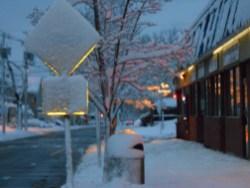 La huella de Nemo en las calles y letreros de señalización en las tempranas horas del sábado después de la terrible tormenta que azotó a el nordeste de los Estados Unidos