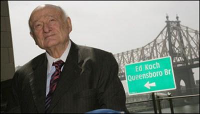 Ed Koch junto al puente que lleva su nombre