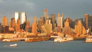 Vista del Midtown de Manhattan el edificio que parece una cascada, es el de la Mercedes Benz, sobre la decima avenida y fue construido de tal manera que todos los pisos estan en diferentes niveles y tamanos. Al atardecer la luz naranja se refleja en su estructura (Foto Nueva York Digital)