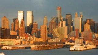 Vista del Midtown de Manhattan el edificio que parece una escalera, es el de la Mercedes Benz, sobre la decima avenida y fue construido de tal manera que todos los pisos estan en diferentes niveles y tamanos. Al atardecer la luz naranja se refleja en su estructura (Foto Nueva York Digital)