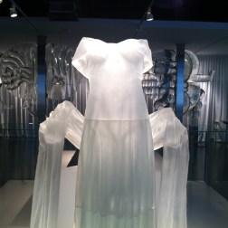 """""""Traje de noche"""" (Evening dress), obra perteneciente a la sección de arte contemporáneo del museo. Foto de Julio César Paredes"""
