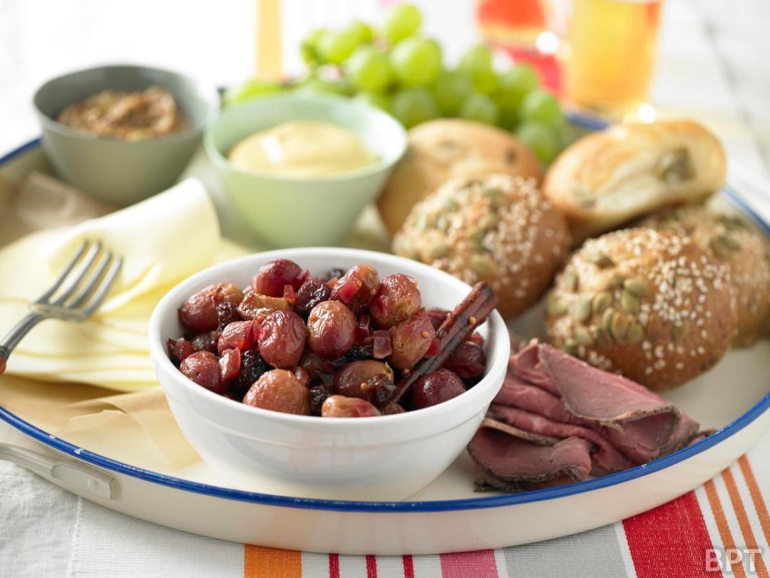 Plato festivo de carne asada con chutney de uvas