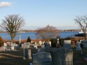 Varias tumbas en City Island en memoria de los sepultados en la isla vecina: Hart island. (Foto Nueva York Digital)