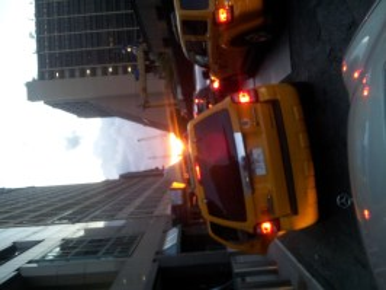 Taxi a la carrera por las estrechas calles del Bajo Manhattan