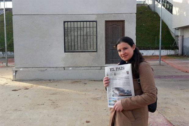 Virginia Benito, de ULEG, mostrando como prueba del incumplimiento de la fecha un periódico del día