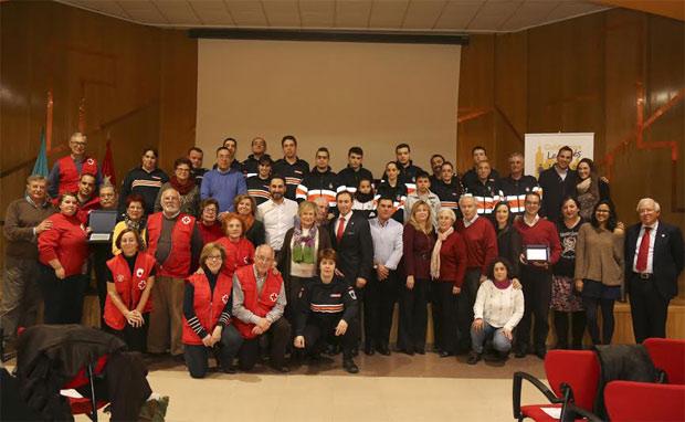 Foto de familia de los representantes de las asociaciones y entidades homenajeadas, junto al alcalde y la directora general