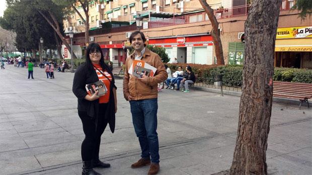 Guillermo Gross, candidato a la Alcaldía, y Raquel Cadenas, de Ciudadanos (C's) Valdemoro, en la Plaza de la Piña visitando a los comercios de la zona centro de Valdemoro.