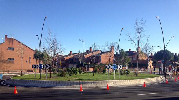 Imagen de la rotonda desde la acera del colegio Aristos. Al fondo, la calle Los Sauces