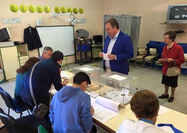 El Alcalde y candidato del PP, Juan Soler, votando en el  colegio Dr. Severo Ochoa
