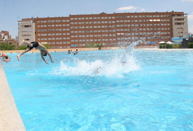 Las piscinas de parla abren la temporada de verano el for Piscina playa precio
