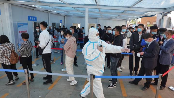 Este rebrote comenzó en el aeropuerto internacional de la ciudad oriental de Nankín, capital de Jiangsu, pero ya se ha propagado a otras provincias del país, por el momento a pequeña escala. (Fuente externa)