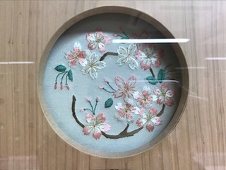 北陸新幹線金沢駅の待合室の中の加賀繍 桜の花丸