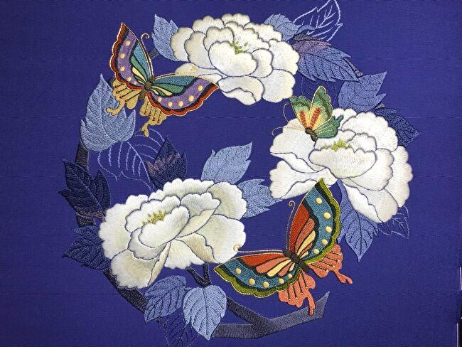 牡丹と蝶の花丸紋・駒塩瀬名古屋帯のお太鼓部分の加賀繍の完成