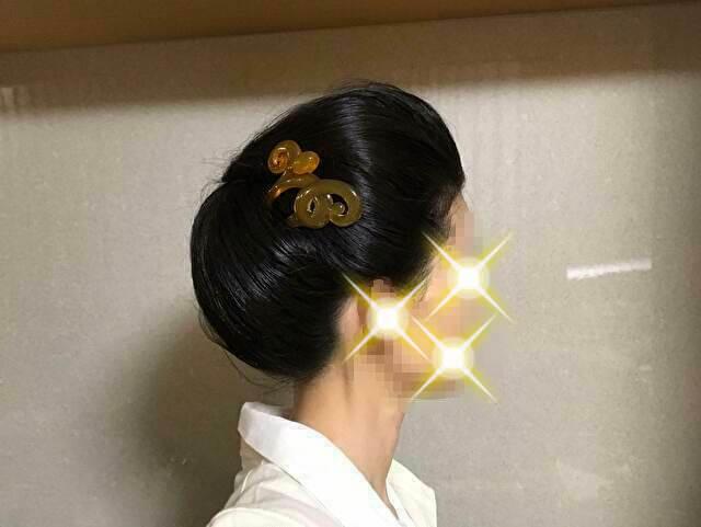 着物の髪型のアップのやり方、手順・右側に簪(髪飾り)を挿した様子